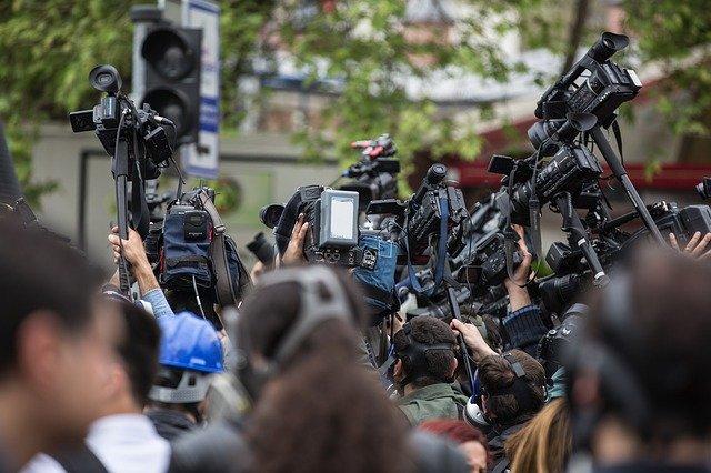 ile zarabia dziennikarz